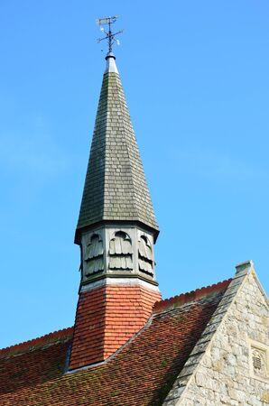 church steeple: Chiesa parrocchiale campanile e il tetto Archivio Fotografico