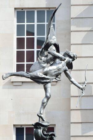 eros: Statua di Eros con la costruzione di sfondo