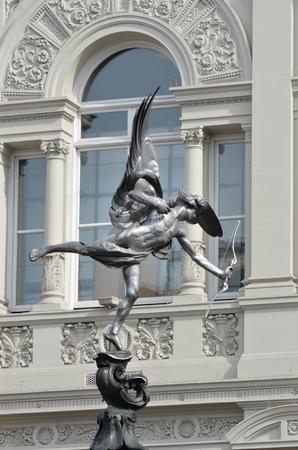 eros: Statua di Eros con arco a sfondo