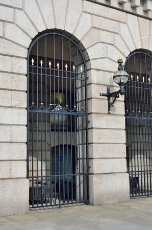 puertas de hierro: Puertas de hierro forjado con muro de piedra