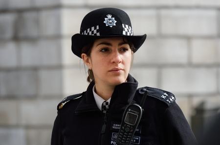 STAD VAN LONDEN ENGELAND 13 maart 2015: Metropolitan Politieagente op plicht Redactioneel