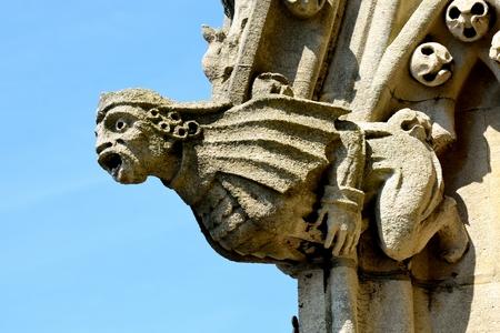 gargouille: Pierre gargouille sur clocher de l'�glise