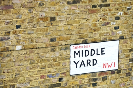 yard sign: Street sign for Middle Yard Camden Stock Photo