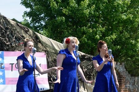 jazz time: CRESSING TEMPLE ENGLAND 17 May 2015: Female singers in swing style