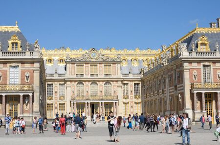 versailles: VERSAILLES PARIS FRANCE 6 JUNE  2015:  Entrance Courtyard at Palace of Versailles Editorial