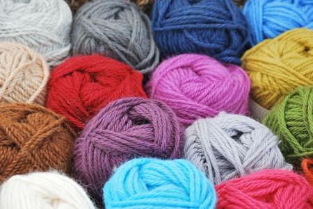 gomitoli di lana: Gomitoli di lana di alpaca tinta Archivio Fotografico