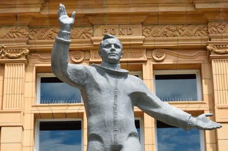 yuri: Yiur gagarin statue waving
