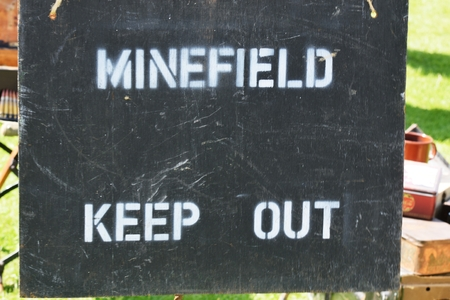wojenne: Minefield warning sign