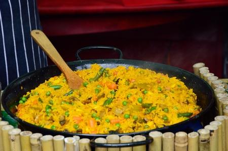 arroces: Taz�n grande de paella en el restaurante de la calle