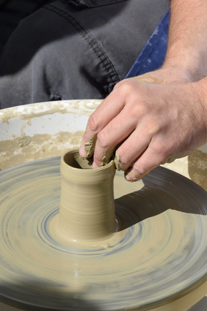 alfarero: Potter en peque�a rueda con el crisol