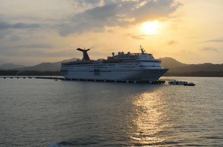 éxtasis: AMBAR ENSENADA REPÚBLICA DOMINICANA 9 DE FEBRERO DE 2016: Carnaval el éxtasis del barco de cruceros en la oscuridad