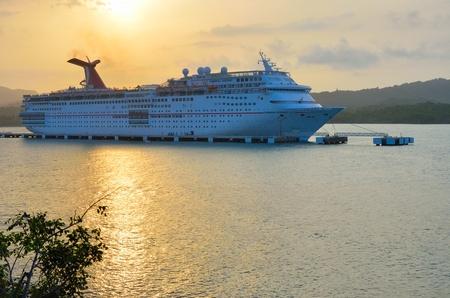 ecstasy: AMBAR ENSENADA REP�BLICA DOMINICANA 9 DE FEBRERO DE 2016: Carnaval el �xtasis del barco de cruceros al atardecer