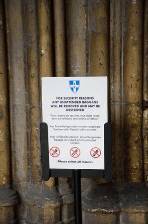 カンタベリー, イギリス - 2016 年 9 月 30 日: テロ警告の印カンタベリー大聖堂への入り口