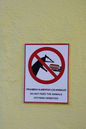multilingual: Mexican multilingual dont feed the animals sign