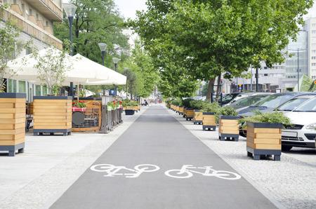街の屋外カフェ近く長い自転車レーン 写真素材