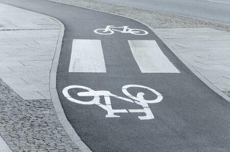 paso de cebra: Winding carril de bicicletas con el paso de peatones Foto de archivo