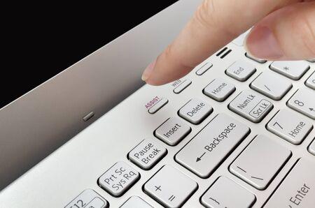 empujando: Dedo que empuja el bot�n de ayuda en el teclado port�til