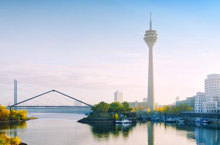 デュッセルドルフ、テレビ塔でライン川に橋Medienhafen; から早朝ビュードイツの黄金色の秋HDR の効果