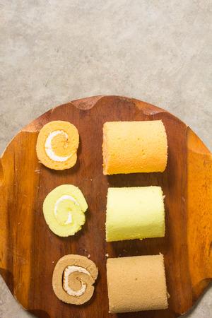 皿の上のケーキ小さいコーヒーの香り、パンダンの葉の香り、柑橘系の果物をロールバックします。背景は、朝食、コーヒーブレイク、ロフトを完