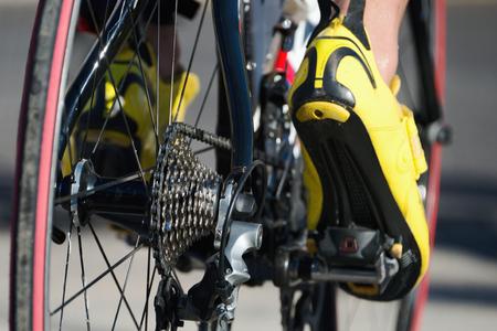 Fietsen race- fiets detail op tandwielen en voeten Stockfoto