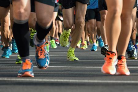 Marathon loopwedstrijd, lopers voeten op de weg Stockfoto