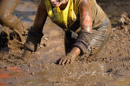 pieds sales: Coureurs de la course de boue