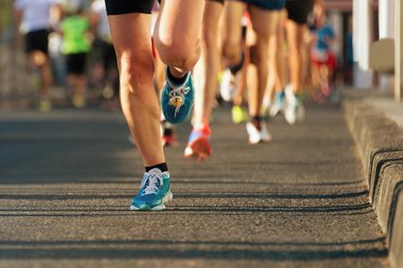 夕方の光の中でマラソン 写真素材