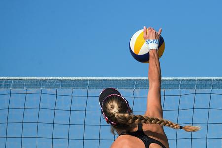 Weibliche Athleten Beach-Volleyball spielen Standard-Bild