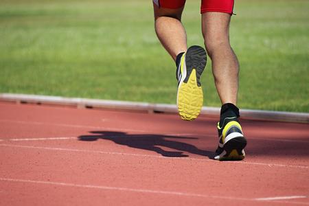atleta corriendo: Hombre atlético que se ejecuta en pista Foto de archivo