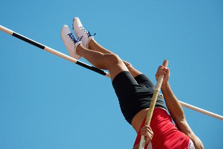 Athlet Stabhochsprung mit einem blauen Himmel