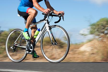 Flou de mouvement d'une course de vélo avec le vélo et le pilote à grande vitesse Banque d'images - 76945003