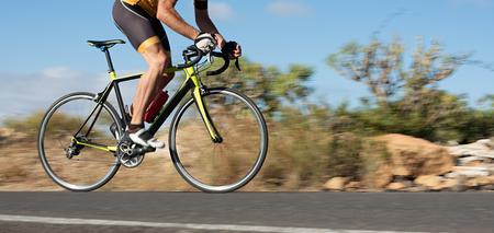 Bewegungsunschärfe eines Radrennens mit dem Fahrrad und dem Fahrer bei hoher Geschwindigkeit Standard-Bild