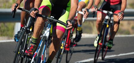 Fietsen concurrentie, fietser atleten rijden een race met hoge snelheid