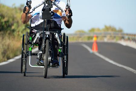 マラソン中の単一車いす陸上競技選手