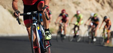 Radsport-Wettkampf, Radfahrer-Athleten, die ein Rennen reiten und einen Hügel auf dem Fahrrad klettern Standard-Bild - 82244009