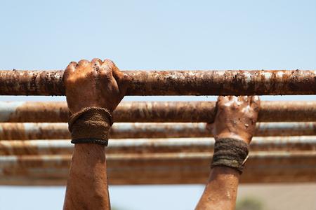 泥レース ランナー、手は、障害を克服します。手以上の手します。 写真素材
