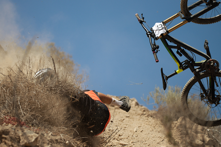 Man falls off his mountain bicycle dramatically,cyclist falls during a race Archivio Fotografico