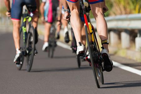 Athlètes cyclistes de compétition cycliste faisant une course à grande vitesse