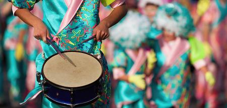 Musique de carnaval jouée à la batterie par des musiciens vêtus de couleurs vives
