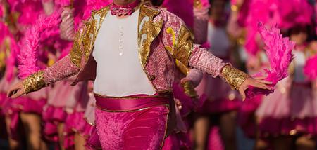 Un hombre disfrazado bailando en carnaval.
