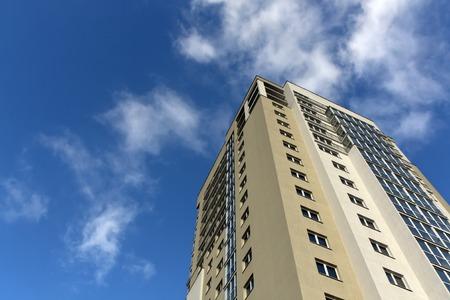 Modernes Wohngebäude. Architektonischen Hintergrund.