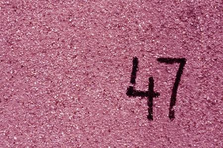 번호 47 핑크 석고 벽에. 추상적 인 배경입니다. 스톡 콘텐츠 - 79766894