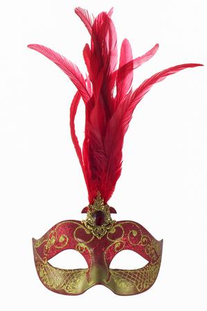 mascara de carnaval: Venecia máscara de carnaval de la mascarada con las plumas de color rojo rubí y aislado en el fondo blanco Foto de archivo