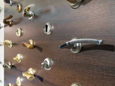 Schaufenster von Türgriffen und Möbeln auf Holzständer im Hadrware Store Standard-Bild