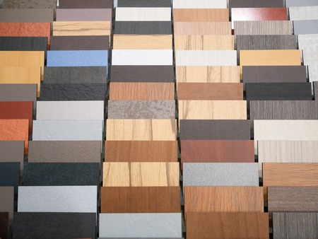 different wooden parquette or laminate pieces samples at furniture store Imagens - 121187221