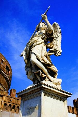 Statua di angelo su un ponte a Roma.