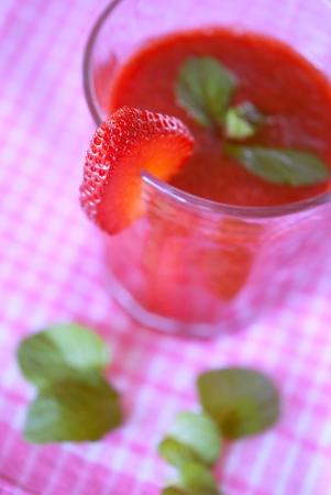 erdbeer smoothie: Leckere s��e Erdbeer-Smoothie close-up Lizenzfreie Bilder