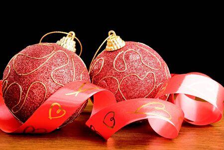 ruban noir: Deux boules de Noël rouge et ruban