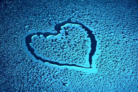 kropla deszczu: Serca na niebieski wilgotnej powierzchni