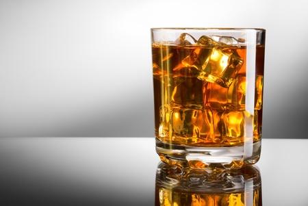 коньяк: Виски стакан с кубиками льда Фото со стока
